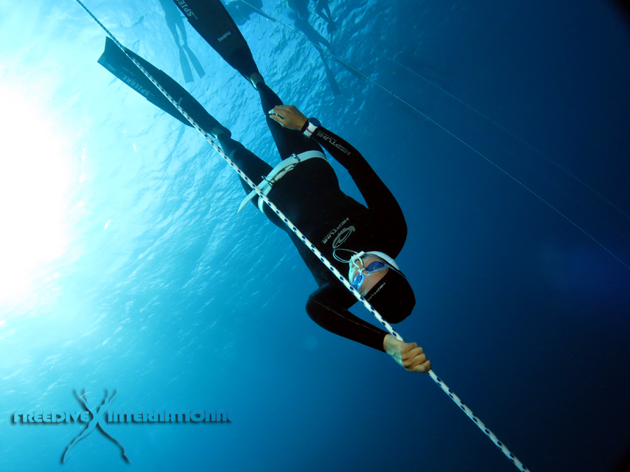 On deeper dives, most freedivers are descending woth their eyes closed, with the purpose of concentrating solely on their body, without distractions from the outside - Photo credit Linda Paganelli