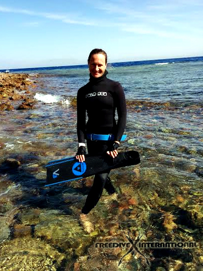 Linda Paganelli with high-end carbon blades, freediivng wetsuit and silicon belt
